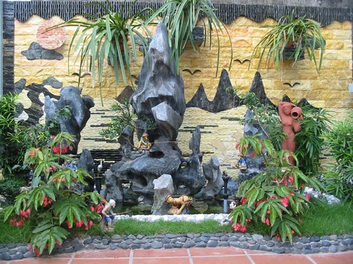 Hòn non bộ kết hợp với cây cảnh, thác nước là những hình ảnh ngày càng trở nên quen thuộc trong thiết kế nhà của người Việt.