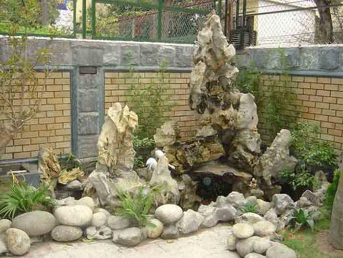 Thiết kế hòn non bộ trong các khu sân vườn vẫn là nét không thể thiếu tạo nên không gian sống hiện đại, sang trọng, tinh tế nhưng vẫn gần gũi thiên nhiên.