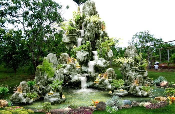 Thiết kế hòn non bộ trong vườn nhà tạo nên một góc thư giãn, nghỉ ngơi lý tưởng, làm bừng sáng cả ngôi nhà.